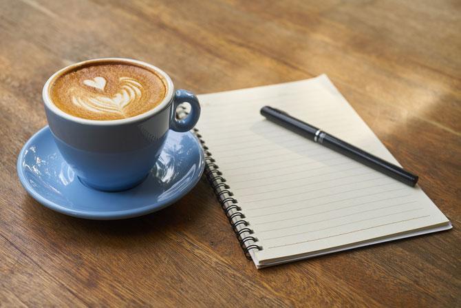 Agenda et café pour survivre à un jour sans portable