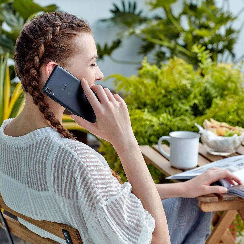 En train de téléphoner Zenfone ASUS